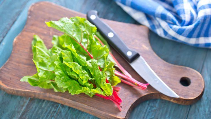 Zomerse salade met snijbiet en gegrilde kip
