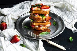 toastbrood met geitenkaas, aardbeien en honing