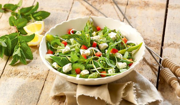 Recept frisse salade met lentegroenten en feta