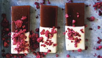 In chocolade gedoopte frambozenkaramel maken
