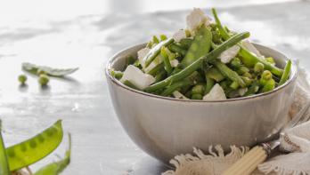 Salade met sperziebonen, erwten en peultjes