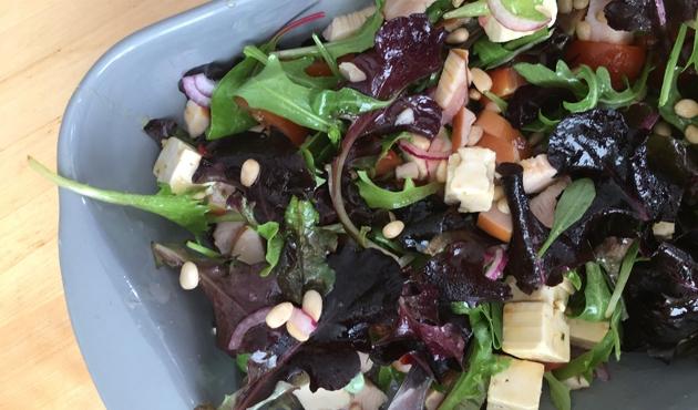 Zomerse feta-gerookte kip salade met mangovinaigrette