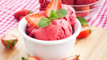Aardbeien-slagroomijs maken