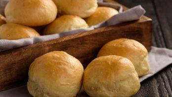 Aardappelbroodjes met uien en tuinkers