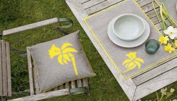 DIY paasdecoratie: Kussen en placemat met narcissenmotief